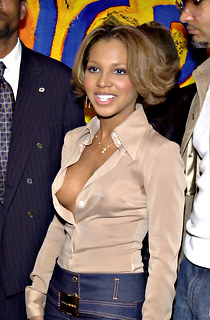 Toni Braxton no bra downblouse